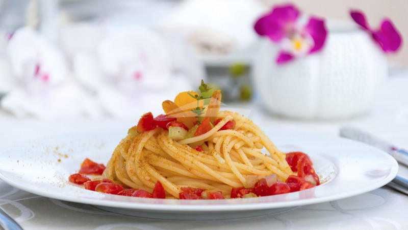 Linguine with fresh chopped tomatoes