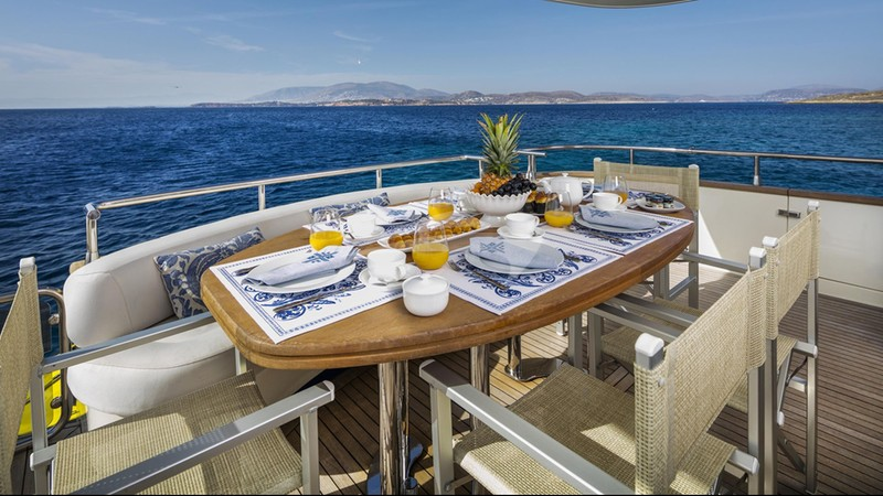 GORGEOUS :: Aft Deck Dining