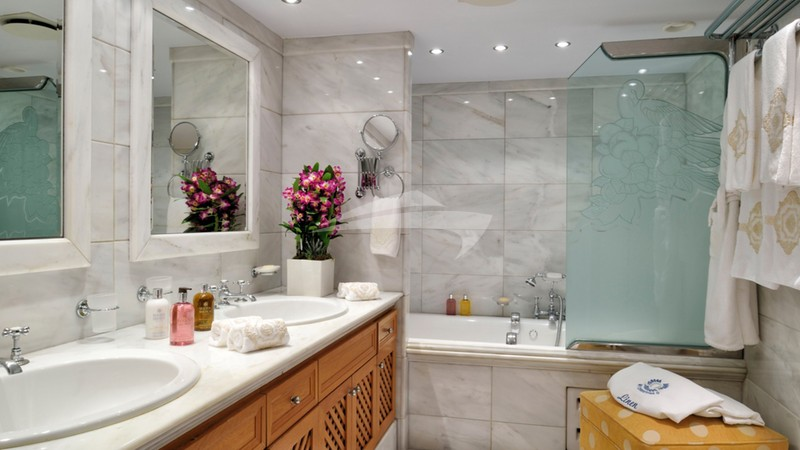 CHRISTINA O :: Master bathroom
