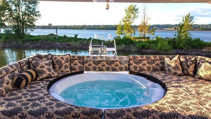ISABELLA :: Jacuzzi Hot tub on Sun deck
