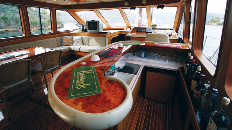 Saloon & Bar - SERENITY 70 Charter Yacht
