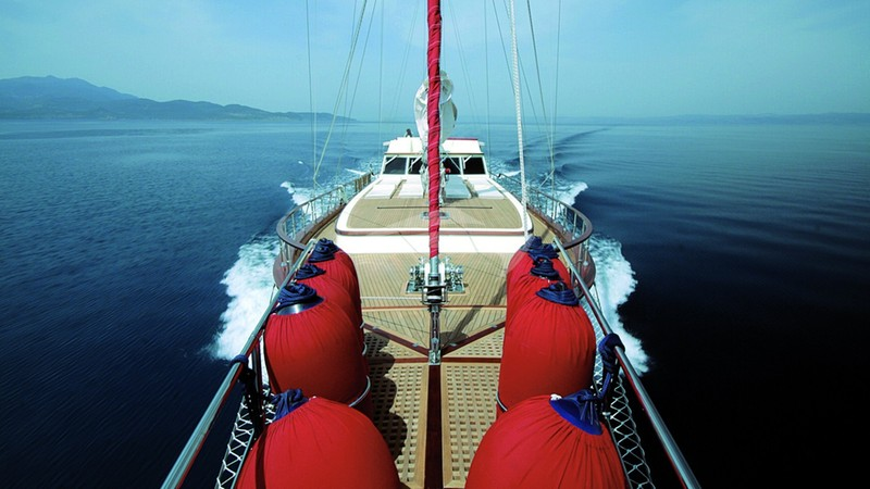 Bow - SERENITY 86 Yacht Charter