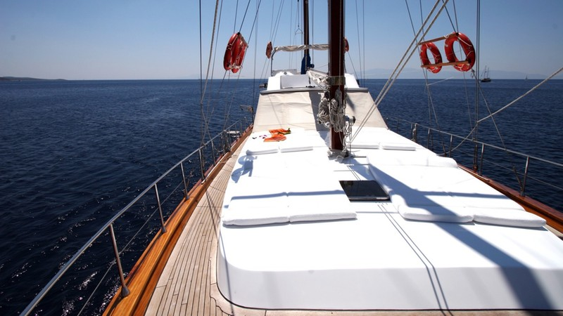 Foredeck - SERENITY 70 Yacht Charter