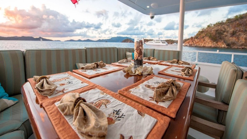 Alfresco dining - FREEDOM 120 Charter Yacht
