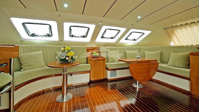 The spacious saloon - FLYING GINNY Yacht Charter