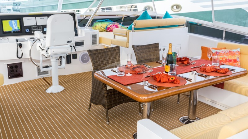 SEA BOSS :: Flybridge helm and dining area