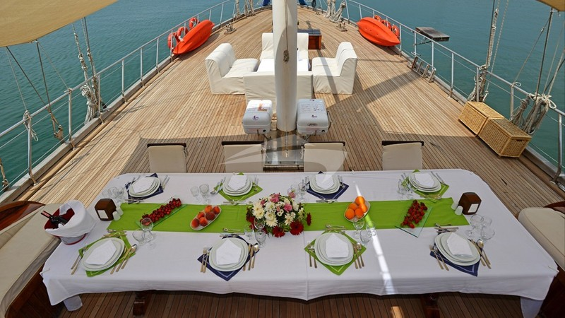 HOLIDAY X :: Deck DIning