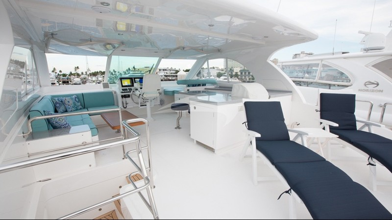 MYSTIC SOUL :: Spacious flybridge lounging area & helm