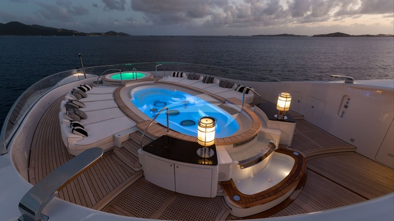 PHOENIX 2 :: Sundeck and jacuzzi