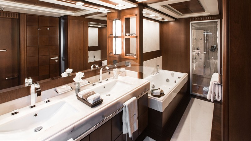 Master En suite w/ Jacuzzi Tub and Jet Shower