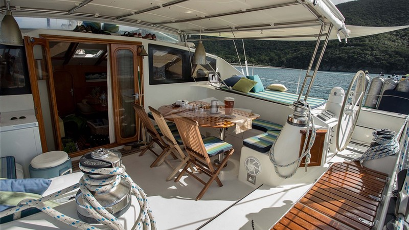 BELLINE II :: Belline 2's cockpit lounging and dining area