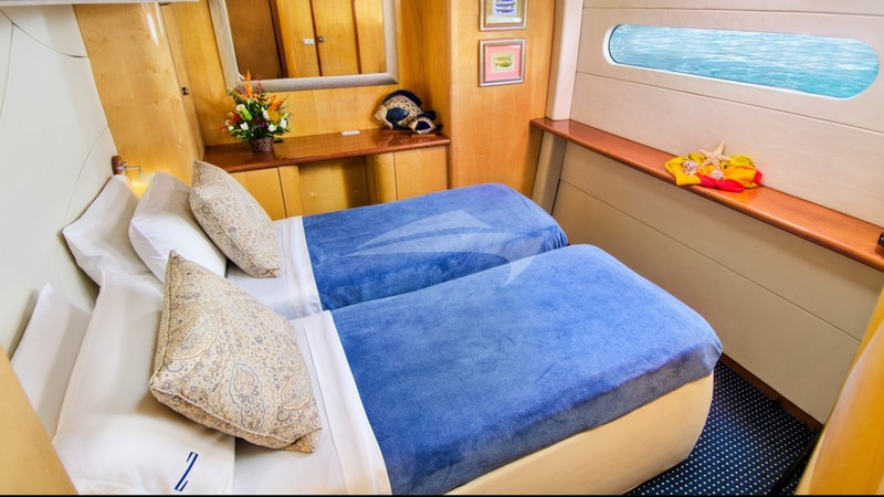 Amidships queen OR twin guest suite